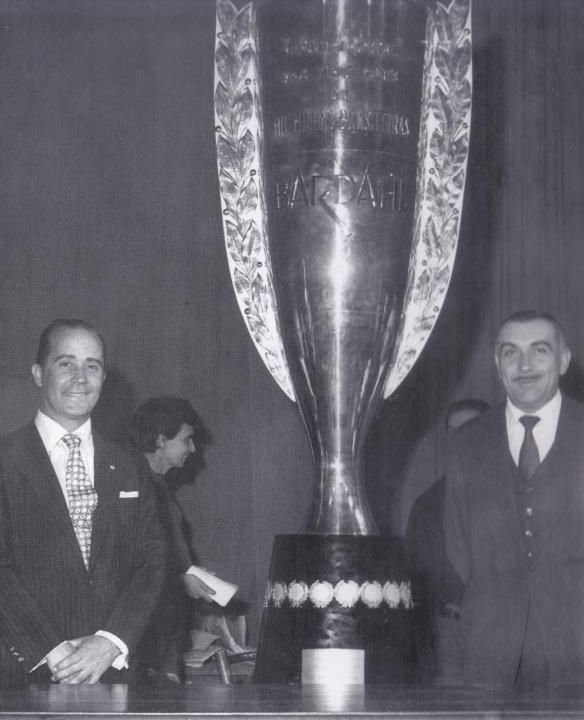 O Barão, a direita, com seu eterno bigode, junto de Eloy Gogliano e da taça das Mil Milhas.